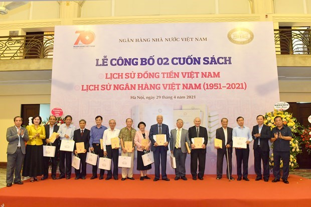 Books on Vietnamese currency, banking system released hinh anh 1