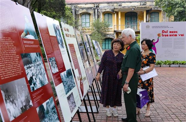 Hanoi photo exhibition celebrates National Reunification Day hinh anh 1