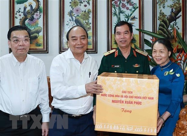 State President visits families of contributors to national reunification in Hanoi hinh anh 1