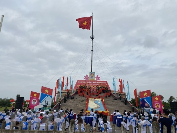 Quang Tri: Flag-raising ceremony held to mark Reunification Day hinh anh 1