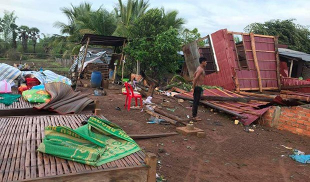 Strong winds destroy hundreds of houses in Cambodia hinh anh 1