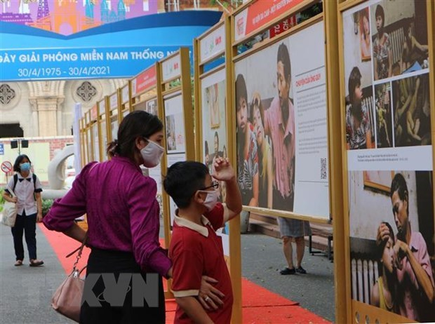 Exhibition on AO/dioxin pain, lawsuit underway in HCM City hinh anh 1