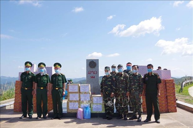 Dien Bien presents aid to armed forces of Lao provinces hinh anh 1