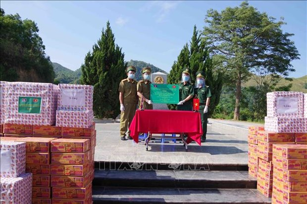 Dien Bien presents aid to armed forces of Lao provinces hinh anh 2