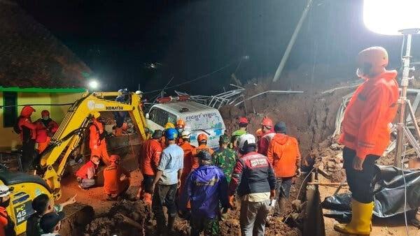 Landslide leaves seven dead, one missing in Indonesia hinh anh 1