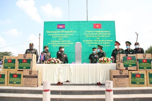 Border guard force presents medical supplies to Cambodia hinh anh 1