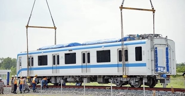 Train carriages of HCM City's first metro line installed onto trial track hinh anh 1