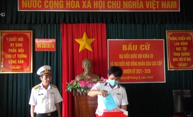 Early voting arranged for officers, soldiers on offshore station hinh anh 1