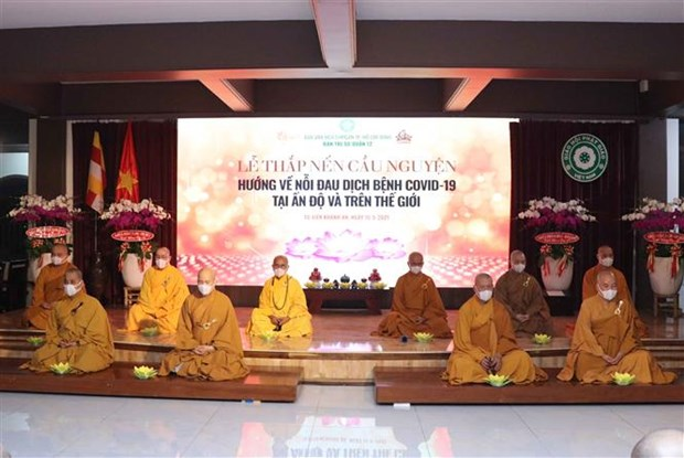 HCM City: Monks, Buddhist followers offer prayers to COVID-19-hit India hinh anh 1