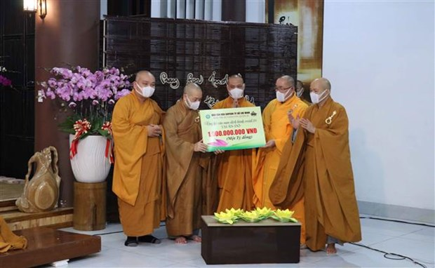 HCM City: Monks, Buddhist followers offer prayers to COVID-19-hit India hinh anh 2