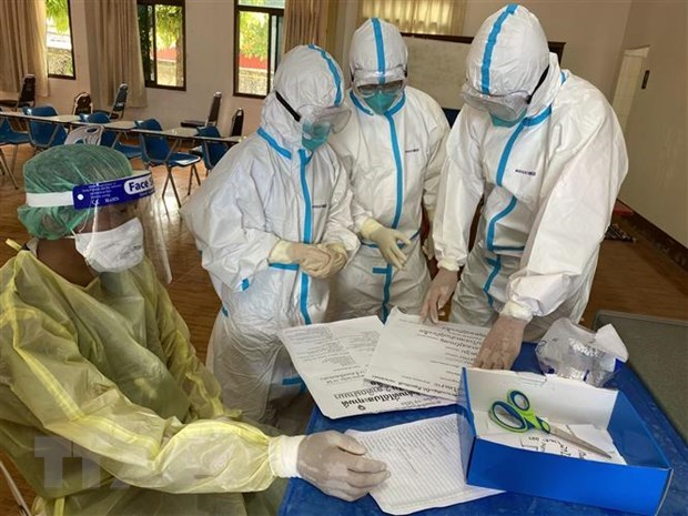 Vietnamese military medical experts help Laos fight COVID-19 hinh anh 1