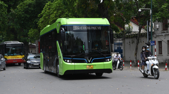 VinGroup's electric buses run on Hanoi's busy streets hinh anh 1
