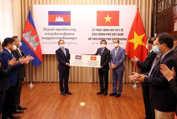 Vietnam offers medical supplies to Cambodia amid COVID-19 hinh anh 1