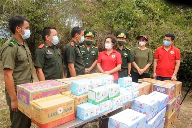 Son La border guards present gifts to Lao counterparts hinh anh 1
