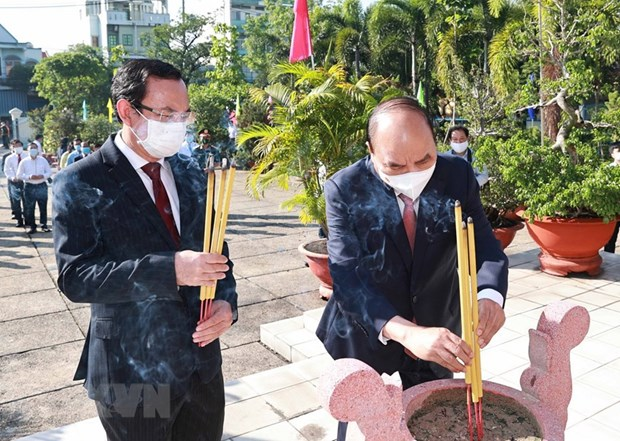 Incense offering in tribute to President Ho Chi Minh, martyrs hinh anh 2