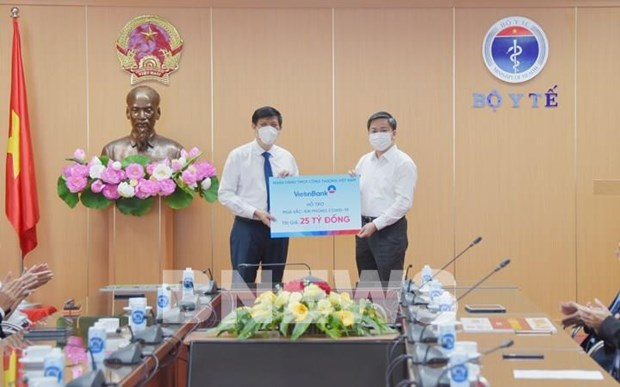 Banking sector, businesses hand over donations to COVID-19 vaccine fund hinh anh 2