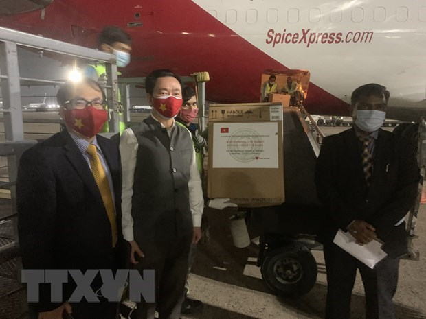 Vietnam hands over medical supplies to India for COVID-19 fight hinh anh 1