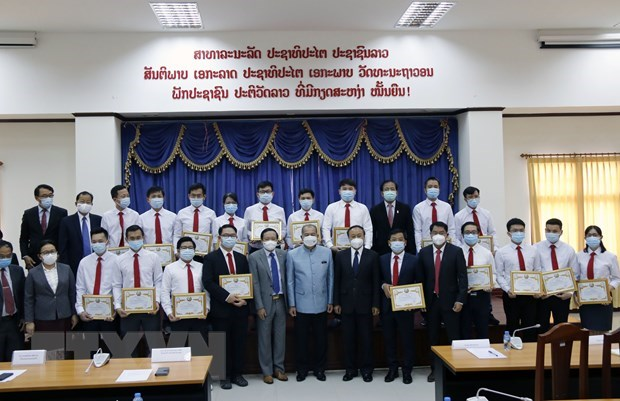Vietnamese medical experts lauded in COVID-19 fight in Laos hinh anh 1
