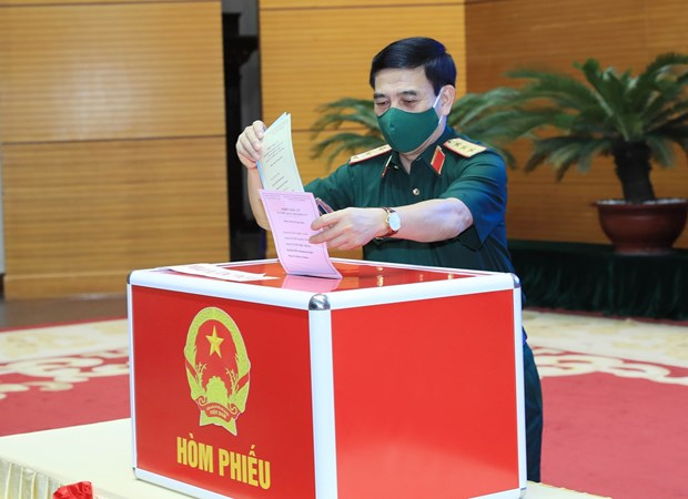 Military personnel exercise citizens' right, duty to vote hinh anh 1