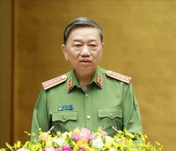 Public security forces praised for efforts in COVID-19 fight hinh anh 1