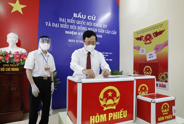 Incumbent, former top officials head to polls in Hanoi hinh anh 3