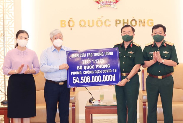 Financial aid presented to help military in COVID-19 fight hinh anh 1