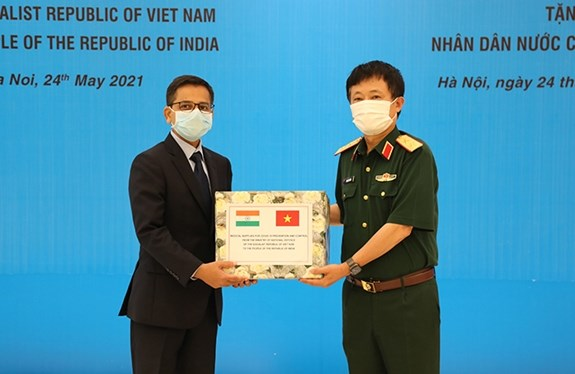 Vietnam gives India, Cambodia medical supplies for COVID-19 fight hinh anh 1