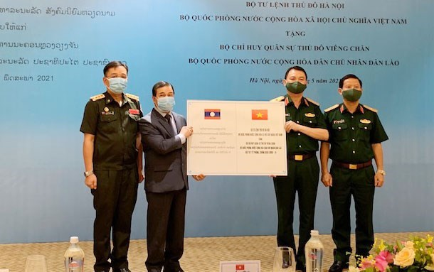 Hanoi Capital High Command aids Laos in COVID-19 fight hinh anh 1
