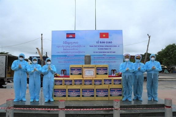 Vietnam gives India, Cambodia medical supplies for COVID-19 fight hinh anh 2