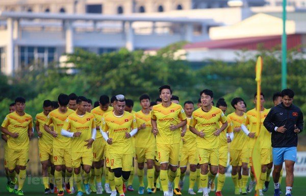 President encourages national football team ahead of important games hinh anh 1
