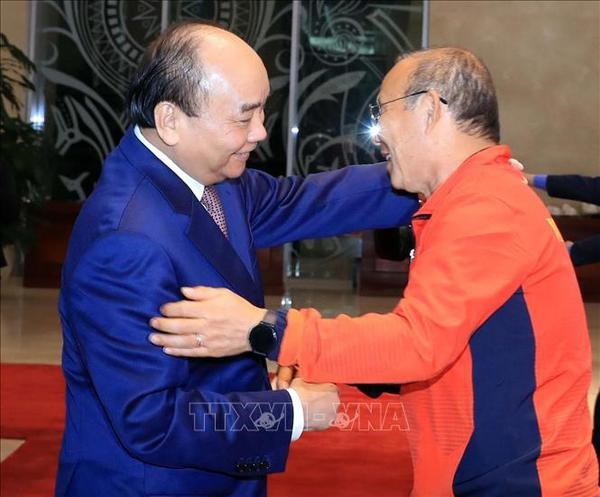 President encourages national football team ahead of important games hinh anh 2