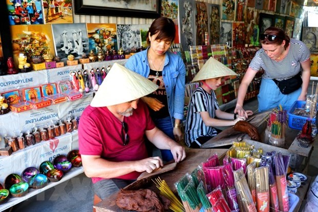 COVID-19 outbreak forces suspension of Hue traditional craft festival hinh anh 1