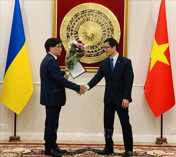 Appointment decision presented to Vietnam's Honorary Consul General in Ukraine's Odessa hinh anh 1
