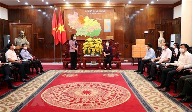 Vice President visits pandemic-hit provinces hinh anh 2