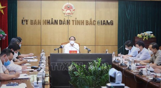 Deputy PM Dam asks for preventing pandemic from spreading to safe areas hinh anh 3