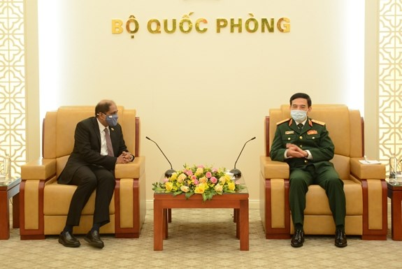 Vietnam promotes defence cooperation with Philippines, Singapore hinh anh 1