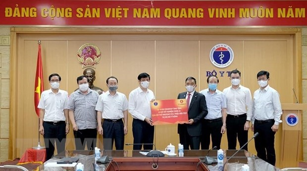 Health Ministry receives COVID-19 breath testing system from Vingroup hinh anh 1
