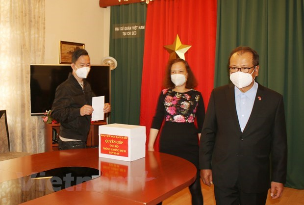 Vietnamese community in Czech Republic supports COVID-19 fight at home hinh anh 1