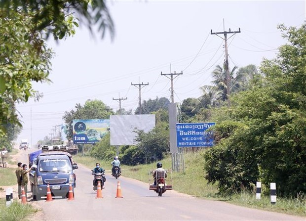 COVID-19 control measures remain in Laos, Cambodia shuts down factories hinh anh 1