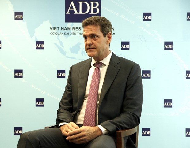 Gov't responds swiftly to COVID-19 economic impacts: ADB official hinh anh 1