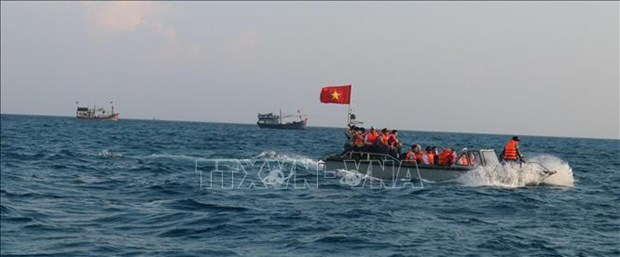 President Nguyen Xuan Phuc presents 5,000 national flags to fishermen hinh anh 1