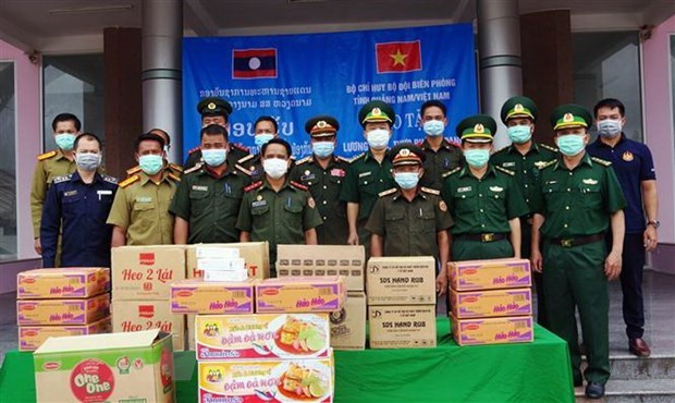 Food, medical supplies presented to border forces in Lao province hinh anh 1