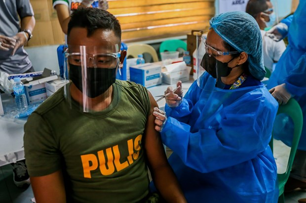Laos, Philippines move to accelerate COVID-19 vaccination hinh anh 1