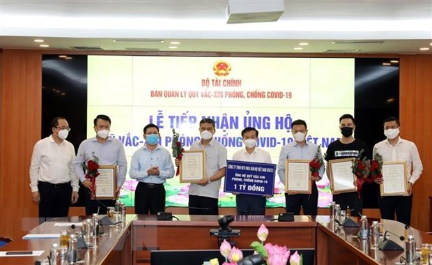 Finance Ministry raises 320 billion VND for COVID-19 vaccine fund hinh anh 1