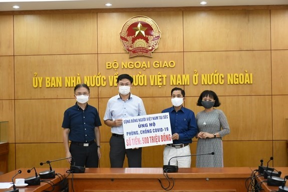 Vietnamese people in Czech Republic, UK contribute to COVID-19 fight hinh anh 1