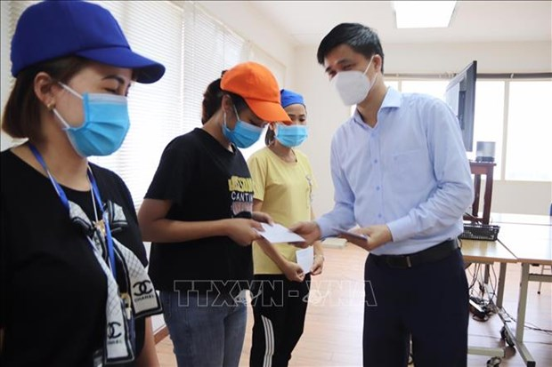 VGCL delegation presents gifts to pandemic-hit workers in Thanh Hoa hinh anh 1