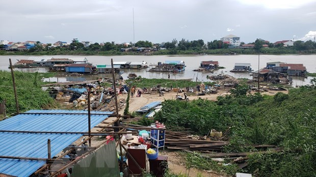 Vietnamese-Cambodians obey notice on relocating floating houses hinh anh 1