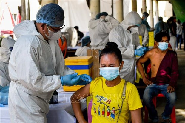 COVID-19 vaccination drives ongoing in Cambodia, Malaysia hinh anh 1