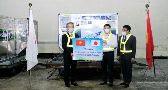 Batch of COVID-19 vaccine donated by Japan arrives in Vietnam hinh anh 2