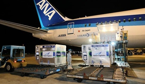 Batch of COVID-19 vaccine donated by Japan arrives in Vietnam hinh anh 1